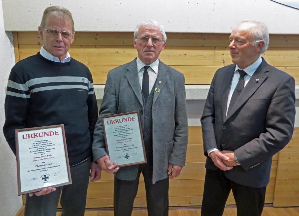 Vorsitzender Roland Müller (rechts) mit den beiden Geehrten Karl Selb (links) und Egon Settele (Mitte), (c): Manfred Jocham
