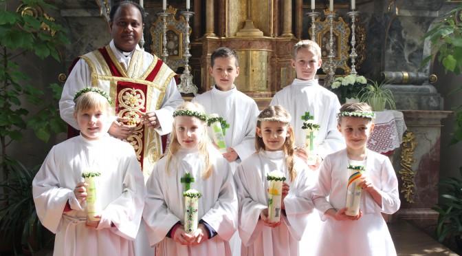 Sechs Kinder erhalten Brot des Lebens