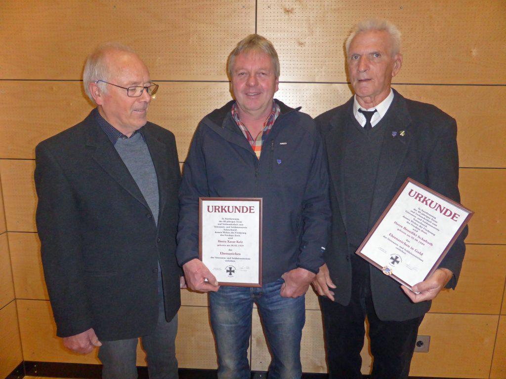 Ehrungen gab es für Benedikt Schafroth (rechts)und Xaver Kelz (Mitte) durch Vorsitzenden Roland Müller. (c) Manfred Jocham